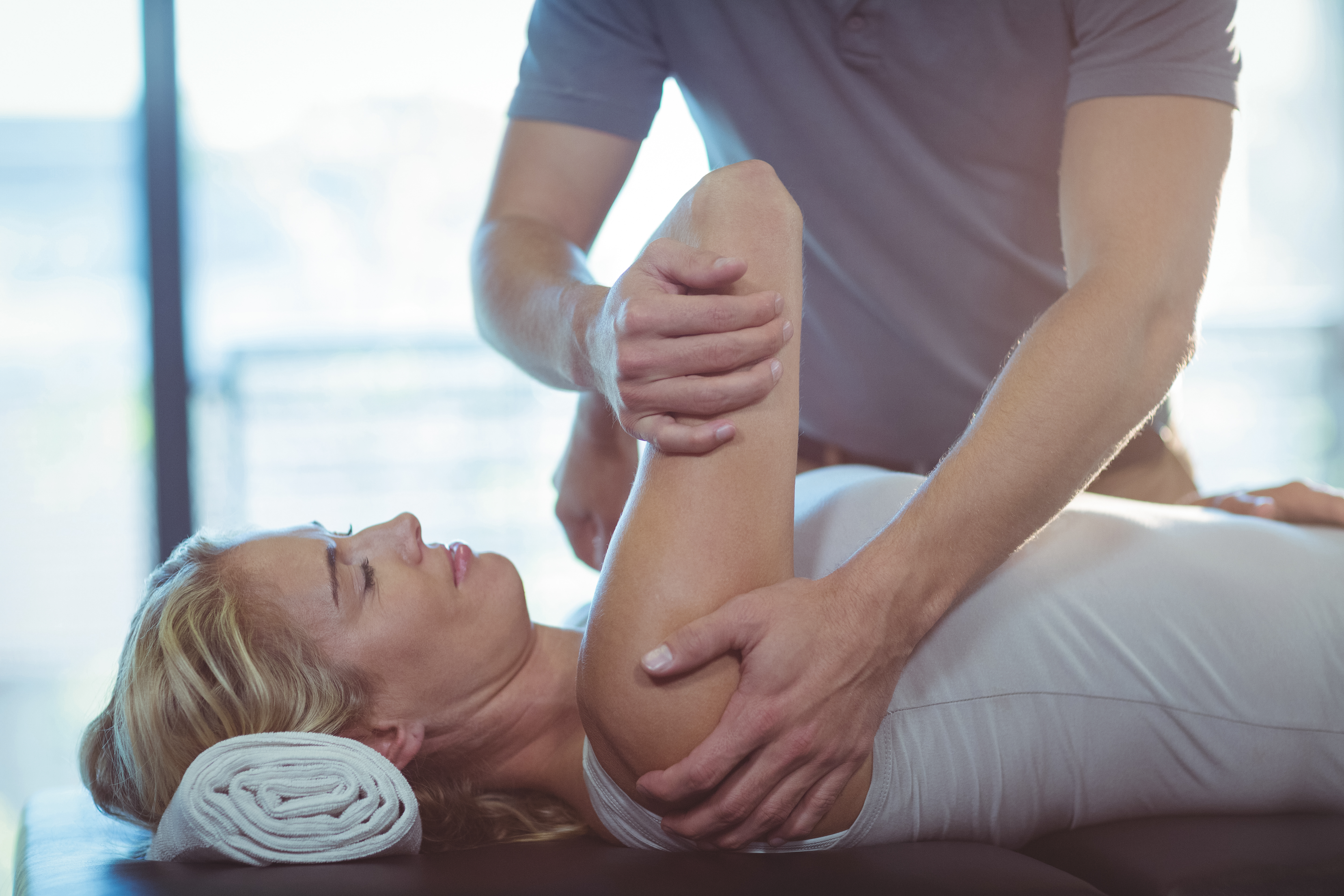 chiropractor treating shoulder pain